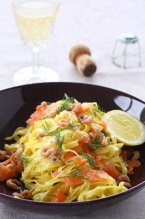 't is niet omdat je gerechtje op minder dan 15 minuutjes klaar is, dat het niet feestelijk kan zijn. Deze pasta met zure room en zalm is daar een perfect voorbeeld van.