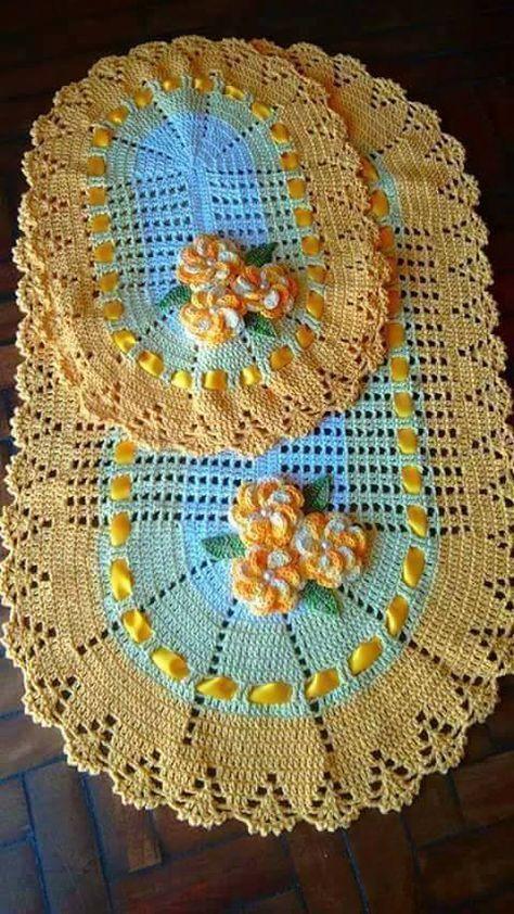 Achei estes lindas tapetes de crochê com gráficos no Facebook Artes em Crochê Valentim Gentil