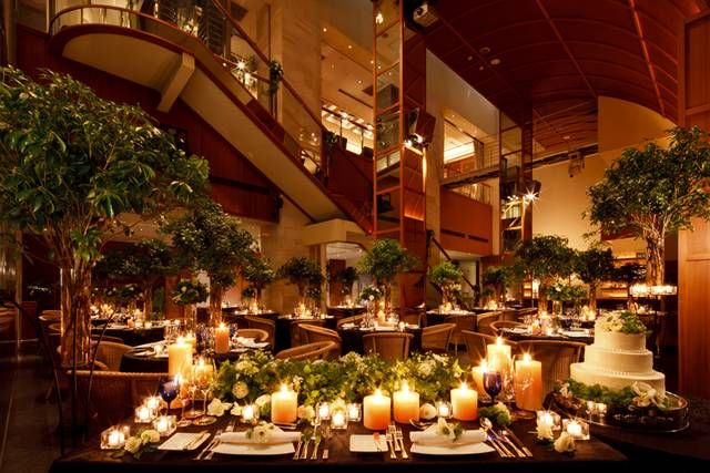 ディナータイムの披露宴はキャンドルで彩って、幻想的な雰囲気も人気。ディナータイムのレストランの雰囲気を存分に味わって頂けます。大人WEDDINGはぜひディナータイムをチョイスして下さい! | ラリアンス(東京都:レストラン) | 結婚式場・結婚準備の口コミサイト-みんなのウェディング [写真から探す]