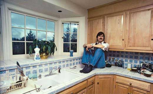 Steve Jobs In His Kitchen 1981 Celebrity Homes Pinterest Bill Gates Home And Steve Jobs