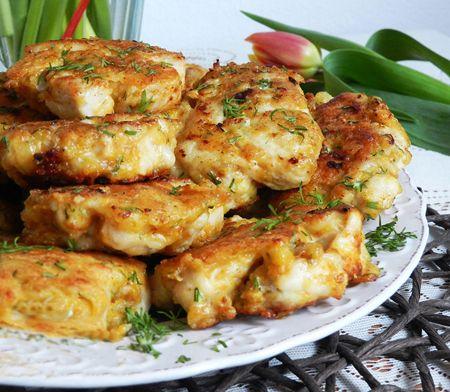 Un fel de mancare savuros, ideal pentru masa de pranz, dar si pentru o cina copioasa sunt delicioasele Chiftele din piept de pui si branza. Usturoiul, condimentele de pui si mararul, confera un gust perfect acestui preparat culinar. Ingrediente Chiftele din piept de pui si branza: 1 piept de pui