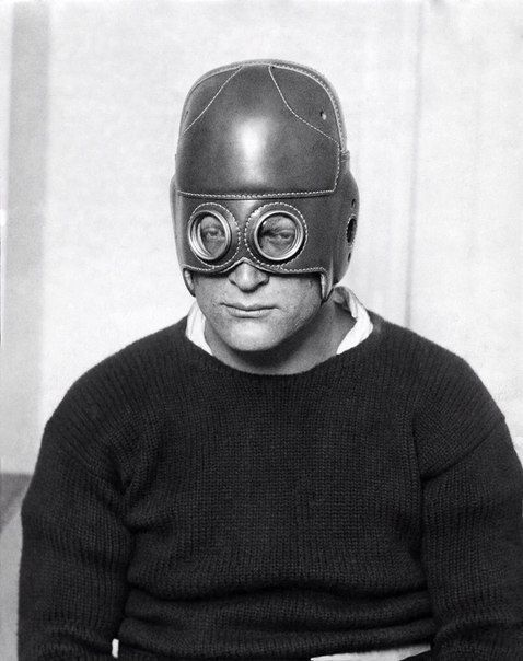 Из-за плохого зрения подающий большие надежды футболист Фрэнк Яблонски мог выбыть из игры. И тогда его тренер спроектировал специально для него новый тип шлема с встроенными оптическими линзами. На фото защитник футбольной команды пенсильванского университета Фрэнк Яблонски в уникальном, специально созданным для него, защитном шлеме с увеличительными стёклами, который ему приходилось носить из-за его проблем со зрением, 1932 год