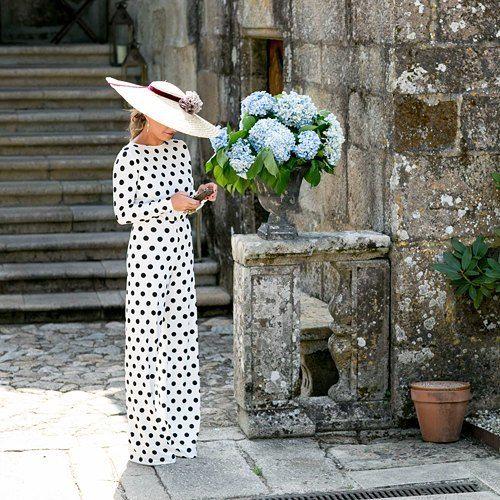 Y sigo con mi enamoramiento por los lunares!. Y es que cómo es de ideal esta invitada de la boda de Elena (todos los detalles en el blog) | Fotografía: Couche Photo