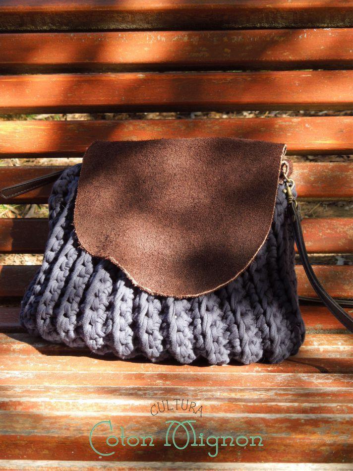 Detallado tutorial para la elaboración, paso a paso, de un bolso confeccionado en trapillo mediante la técnica de crochet o ganchillo.