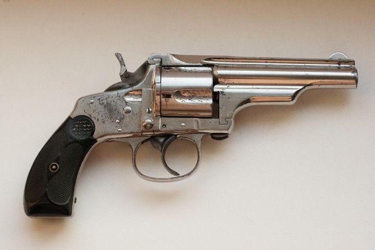 Prodám hist. revolver Merwin-Hulbert 38 - Prodám hist. revolver Merwin-Hulbert .38 SW, sbírkový kus, excelentní, naprosto přesně fungující mechanika, čisté komory, velmi dobrá hlaveň s jasnými držkami, pevný v rámu, žádné nesmyslné vůle, sklopný kohout pro pohodlné nošení, neporušené střenky, silná pera, neuvěřitelné příjemná spoušť. Původní nikl cca 90%. Plně provozuschopný. Jediná drobná kosmetická piha na kráse je neoriginální (mosazný) šroubek v zámkové desce, bez vlivu na funkci. Zbraň…