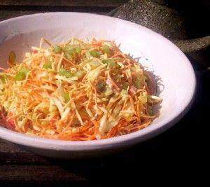 Salade met witte kool, wortel, abrikoos en een kerriedressing. Kun je al uren van tevoren klaarmaken, wordt het alleen maar lekkerder van.