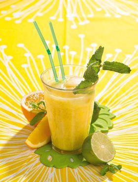 Frisk drik med appelsiner og mango