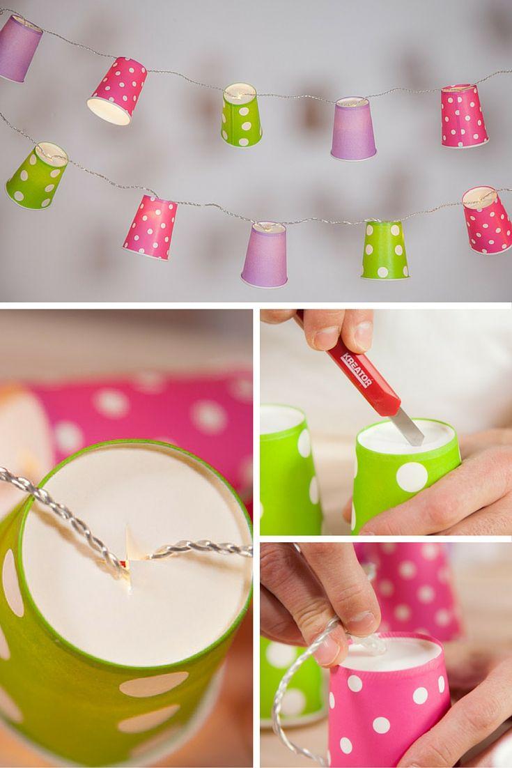 Con luces y unos vasos de papel bonitos, puedes hacer una guirnalda DIY que alegrará cualquier rincón de tu casa.