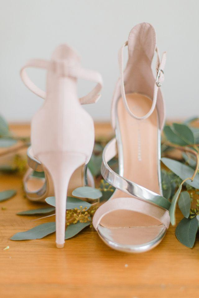 #pumps #bruidsschoenen #trouwschoenen #bruiloft #trouwen #bruiloft #inspiratie #wedding #bridal #shoes #heels #inspiration | Trouwschoenen: pumps of ballerina? | ThePerfectWedding.nl | Photography: Alexandra Vonk