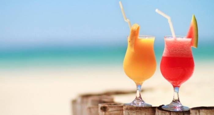 5 imprescindibili cocktail estivi L'aperitivo cambia pelle con il cambiare delle stagioni e così il suo cocktail di riferimento. Se in inverno bevande corpose a base di vermouth vellutati, calvados e rum sono le benvenute, in estate la necessità di leggerezza s'impone anche per l'happy hour! #Star #notizie #cocktail #estate