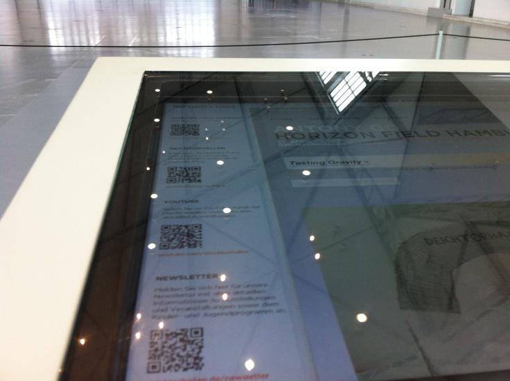 QR-Codes am Computer-Terminal des digitalen Gästebuchs in den Deichtorhallen Hamburg