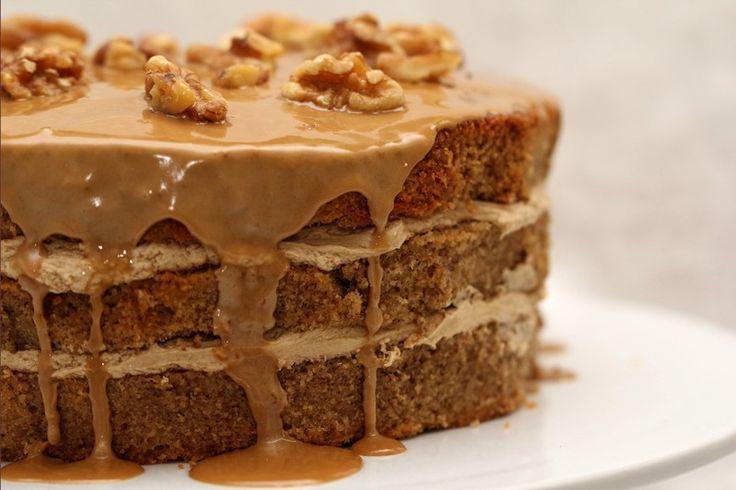 La torta di noci con crema al caffè è un dolce dal sapore intenso e molto ricco, pieno di sfumature e di consistenze. Ecco la ricetta