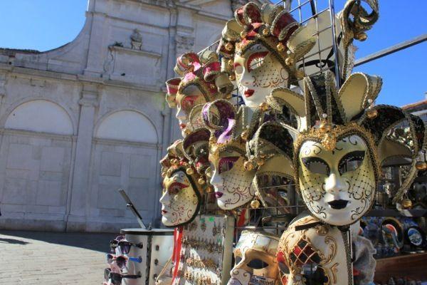 Что привезти из Венеции в подарок: венецианские карнавальные маски, изделия из муранского стекла, украшения из золота, антиквариат, кружево, картины, гобелены, венецианскую бумагу и вино