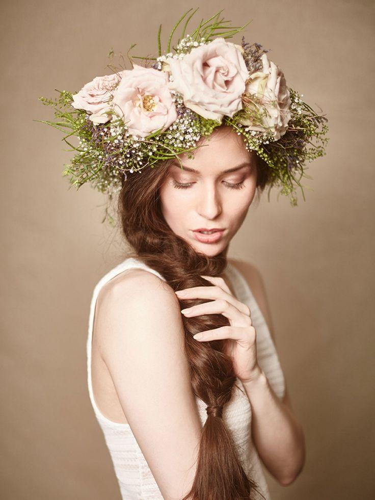 Brautfrisuren im Hippie-Look passen toll zu Sommerhochzeiten. Für diese Flechtfrisur wird ein Seitenscheitel gezogen und ein lockerer Seitenzopf geflochten. Mit einem dünnen Haargummi verschließen und eine feine Haarsträhne um den Gummi gewickelt. Ein Kranz aus echten Blumen macht die Hippie-Brautfrisur perfekt!Hier findet ihr noch weitere Flechtfrisuren und Hippie-Frisuren