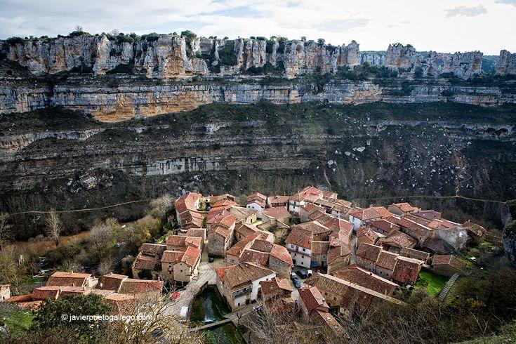 Orbaneja del Castillo es uno de los pueblos más pintorescos del norte de la provincia de Burgos. También uno de los más visitados, especialmente cuando las lluvias cargan con agua la espectacular cascada que se descuelga desde lo alto de la localidad. Un lujo de paisaje y paisanaje que merece recorrerse con calma.