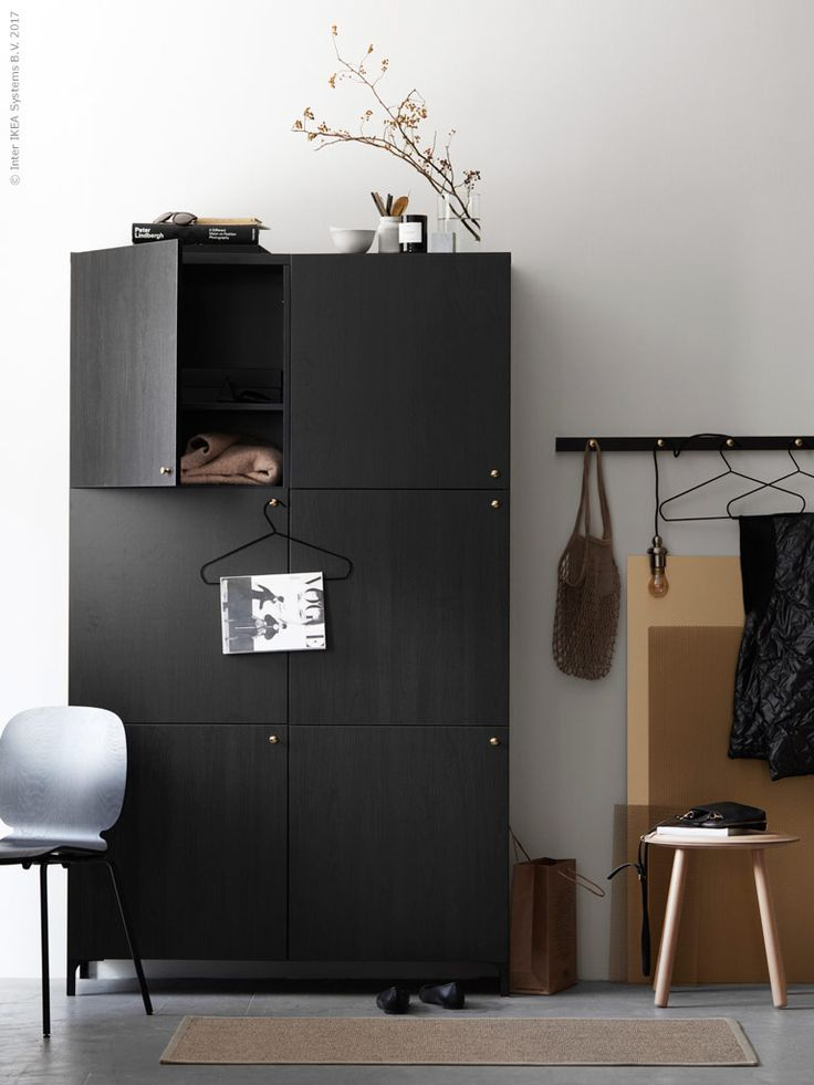 Stilsäkra hallen | IKEA Livet Hemma – inspirerande inredning för hemmet  BESTÅ förvaring med dörr LAPPVIKEN svartbrun 2 700 kr, NANNARP ben i svart 150 kr/2 st, Nytt! ENERYDA knopp i mässing 39 kr/2 st. OSTED matta 199 kr, Nytt! SVENBERTIL stol i monokromt svart med BRORINGE underrede 395 kr, IKEA PS 2017 sidobord/pall 399 kr. LUNNOM LED ljuskälla 49 kr, GOTHEM sladdställ med svart textilsladd 150 kr, STRYKIS galge 29 kr/3 st.