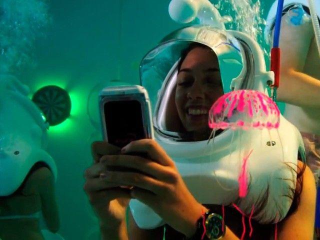 Подводный бар Clear Lounge. Вы когда-нибудь были в баре под водой? В Мексике открылся первый в мире кислородный бар, который представляет собой настоящий аквариум. Гости надевают купальные костюмы и специальные герметичные шлемы. Туристам под водой предлагают поиграть в различие игры, пострелять из водного пистолета, станцевать под приятную музыку, и конечно, сделать снимок на память.