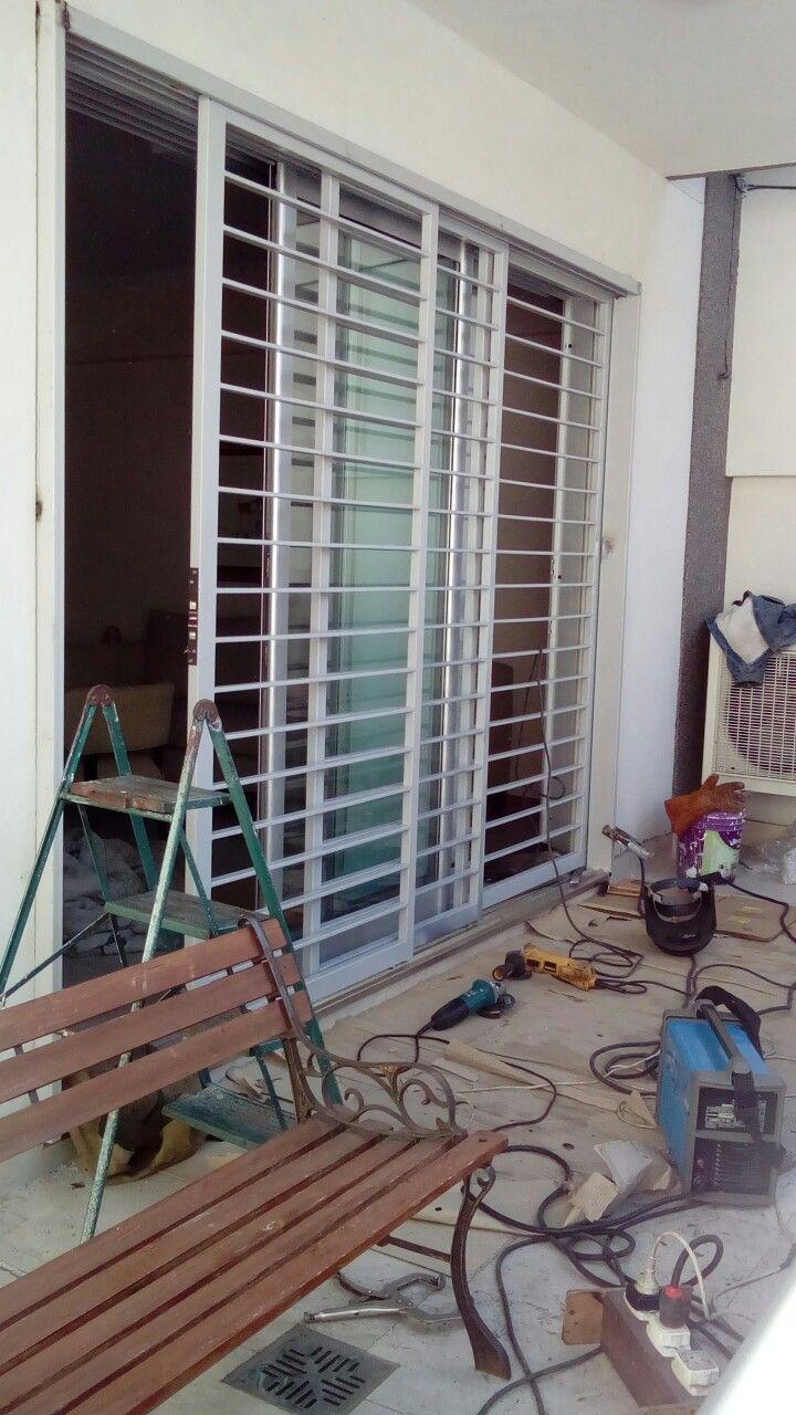 Reja balcón 2 hojas corredizas 1 fija, marcos plegados y  piso en acero inoxidable