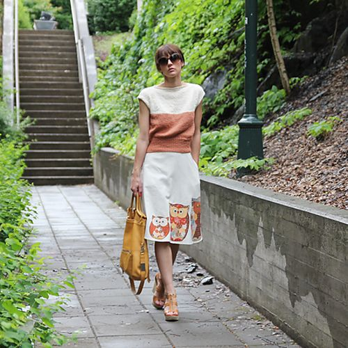 A summery top, perfect for skirts. The tall waist ribbing gives it a classic shape.