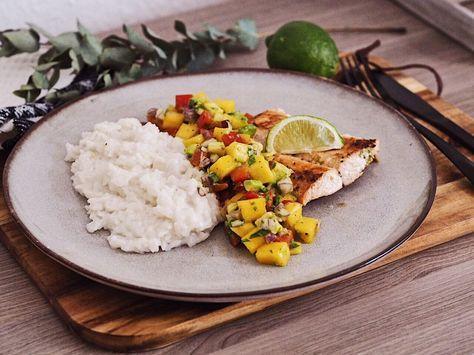 Gerichte, in denen warme und kalte Komponenten aufeinandertreffen finde ich immer besonders lecker. So wie beispielsweise heiße Kirschen mit Vanilleeis. In diesem Fall trifft der warme Kokosnussreis und der gegrillte Lachs auf eine kühle, fruchtige Salsa aus Mango, Avocado und Paprika. Dieses Rezept eignet sich hervorragend für den Sommer und wird euch sicher genauso gut …