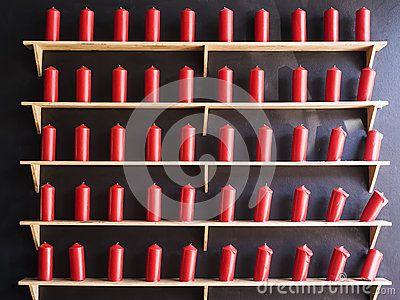 Velas rojas en la pared negra