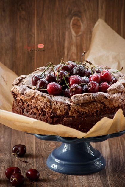 Wilgotne ciasto czekoladowe z bezą i czereśniami/ Moist chocolate meringue cake with summer fruits