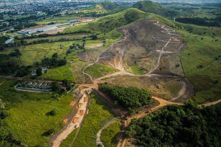 A pista de mountain biking das Olimpíadas do Rio está pronta e está muito top! O Centro de Mountain Bike está localizado no Parque Olímpico de Deodoro. Com 4.800 metros de extensão, o percurso permitirá aos competidores passar pela plateia mais de uma vez durante a prova.
