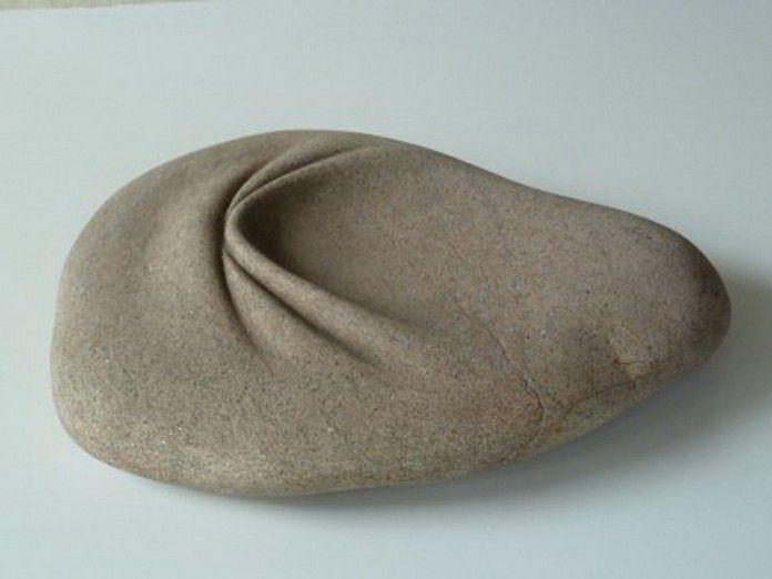 Скульптор Хосе Мануэль Кастро Лопес (José Manuel Castro López) создает уникальные произведения из камня, которые ломают привычные представления о художественной скульптуре. В его руках валуны из гранита, мрамора, кварца словно обретают свойства, которые противоречат всем законам физики — камни растекаются и плавятся, скручиваются и сминаются, словно это пластичный материал вроде пластилина или глины.