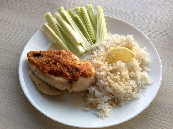 Šťavnaté kuřecí prso s kůží na pepři a citrónové šťávě, rýže, řapíkatý celer