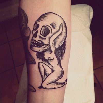 Tatuaggio surreale fatto con uno stile simile all'incisione. by Henric Nielsen