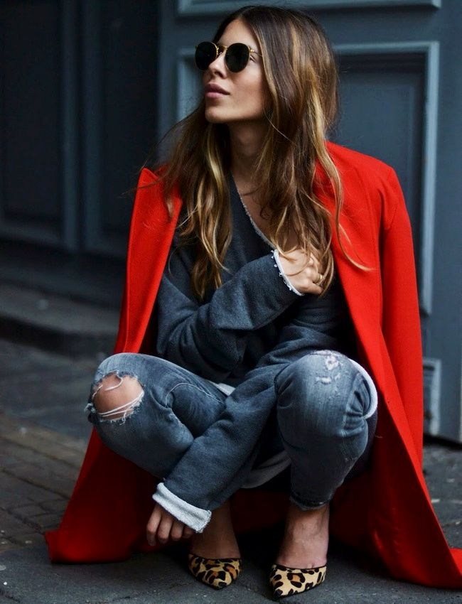 """Ne jamais sous-estimer la dimension """"illuminateur de look"""" d'un manteau rouge... (photo Maja Wyh)"""