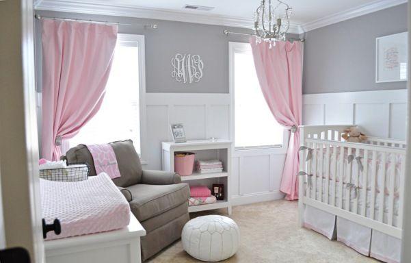 quarto de bebê com enxoval branco, cinza e rosa