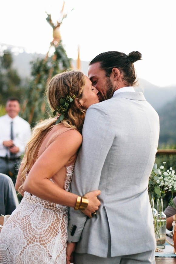 Cute photo of the bride and groom kissing in a bohemian themed wedding | photo: ellie arciagavia | via http://emmalinebride.com/bohemian/etsy-boho-weddings/