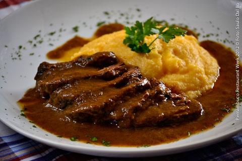 La Pasta Galleria (jantar)    Brasato al vino  Tradicional receita piemontesa de carne em vinho tinto, servida com polenta cremosa