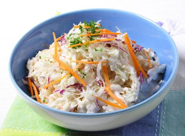 Változatos salátákat készíthetünk, ha van otthon egy fej káposztánk. A különböző öntetekkel teljesen más jellegű salikat dobhatunk össze, melyek isteniek húsok mellé, de akár saját magában is fogyaszthatjuk őket.