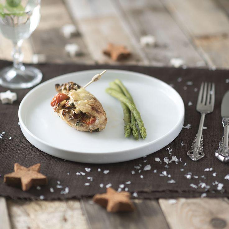 Gevulde kipfilet met parmezaan, basilicum en nog meer lekkers. Een prachtig hoofdgerecht voor een feestelijke avond, of gewoon voor zomaar. Super voedzaam!