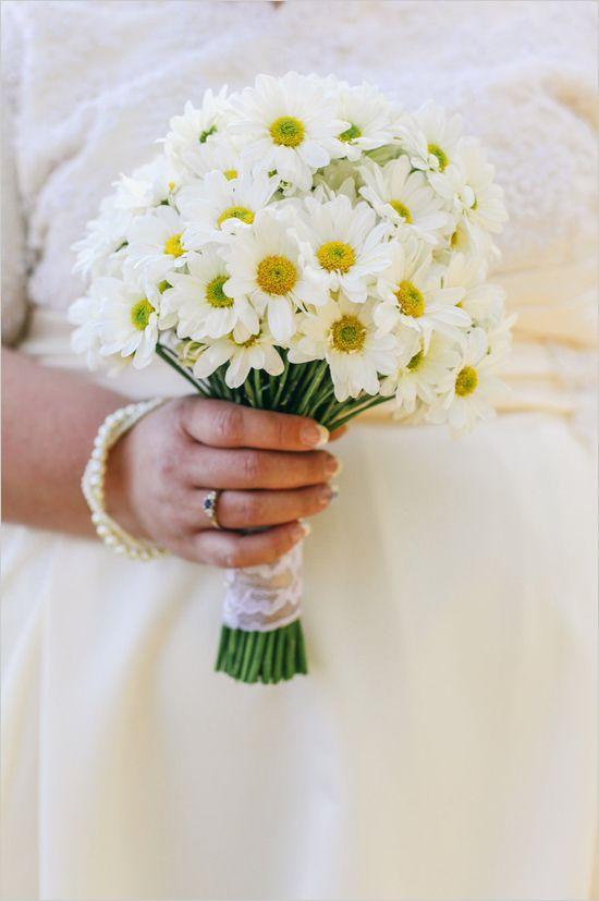 Пионов, ромашка в букете невесты