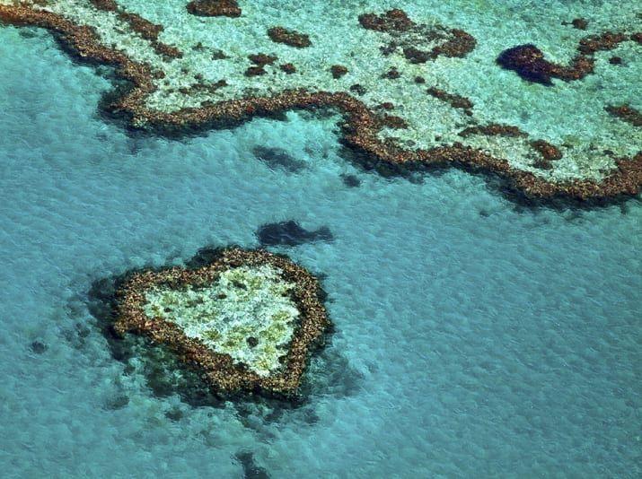 2300 kilometrov dlhý Veľký bariérový útes obsahuje tisíce útesy - to ohromujúce v tvare srdca zložení off Whitsunday Islands je najlepšie skúsený vrtuľníkom alebo lietadlom.