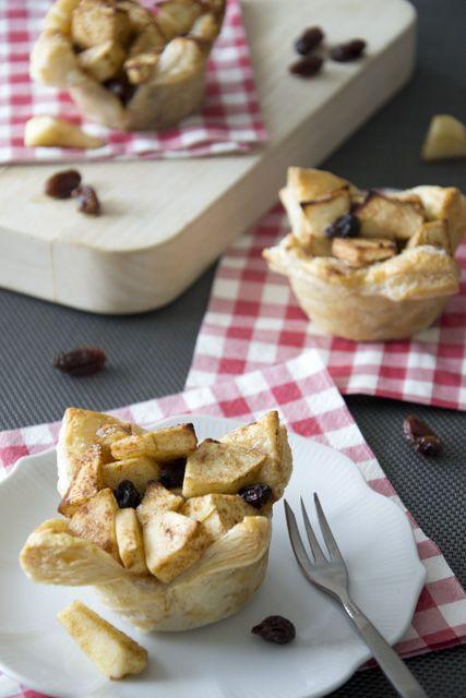 Last-Minute appeltaartjes Ingrediënten voor 4 taartjes: 4 plakjes bladerdeeg 2 grote appels handje rozijnen laagje sinaasappelsap 2 eetlepels suiker 1,5 theelepel kaneel 1 eetlepel citroensap Bereiding: Wel de rozijnen in sinaasappelsap. Ontdooi de plakjes bladerdeeg. Verwarm de oven voor op 200 °C. Schil de appels en snijd ze in blokjes. Giet de rozijnen af. Meng in een kom de appels met rozijnen, suiker, kaneel en citroensap. Vet een muffinvorm in. Beleg de vorm met plakjes bladerdeeg…