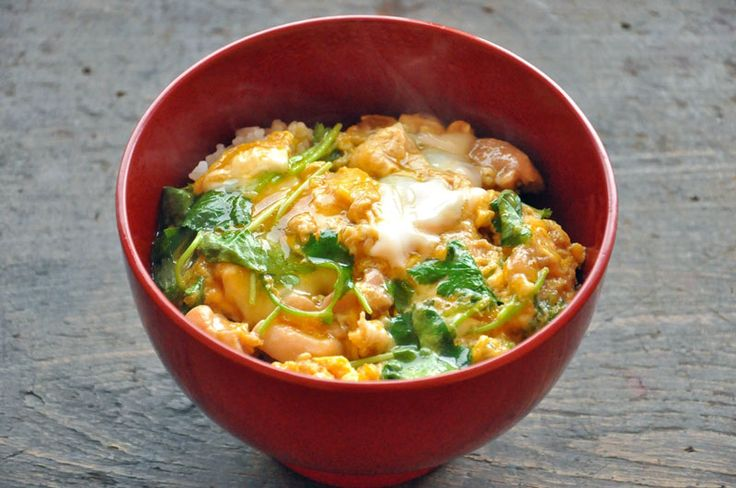 いちばん丁寧な和食レシピサイト、白ごはん.comの『親子丼の作り方』を紹介するレシピページです。少しだけ甘辛くてごはんが進む味付けの親子丼レシピ。簡単においしく親子丼を作るコツはもちろん、片手鍋を使って2人前同時に作る方法も合わせて紹介しています!ぜひお試しください。