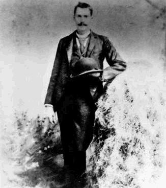 BILLY LE KID Henry McCarty (23 novembre 1860 – 14 juillet 1881), mieux connu sous le nom de Billy Le Kid, est probablement le plus célèbre hors-la-loi du Vieil Ouest américain. Possédant plus…