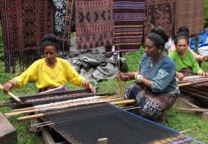 Alfonsa Horeng, founder of Lepo Lorun (House of Weaving) Weaving Cooperative in Indonesia speaking with tenum ikat maestro | Clothroads