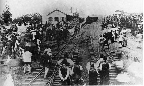 Die opening van die treinspoor wat Durban en Pietermaritzburg verbind het in 1880.  Groot opwinding het gevolg, besighede het gesluit en die trein is ingewag deur baie van die inwoners.
