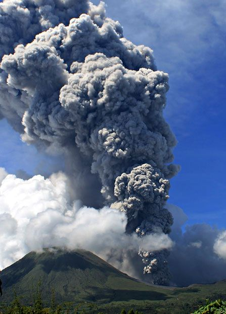 Mount Lokon spews volcanic ash during an eruption in Tomohon in Indonesia's North Sulawesi province, picture: Reuters