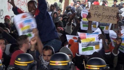 """Vor dem als """"Dschungel von Calais"""" bekannten Flüchtlingslager haben Migranten und Hunderte Aktivisten protestiert. Steine flogen, die französische Polizei setzte Tränengas ein. Präsident Hollande will das Lager bis Jahresende schließen."""
