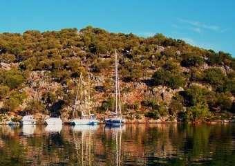 Göbün Koyu, Göcek koyları içerisinde en korunaklı koylardan bir tanesidir. Zeytinlik ve çam ağaçları ile etrafı çevrili olan koyun Batı kısmı ise tamamen sığlıktır.  #Maximiles #Turkey #Türkiye #deniz #plaj #denizmanzarası #gezilecekyerler #gidilecekyerler #koylar #plajlar #doğa #doğamanzarası #doğamanzaraları