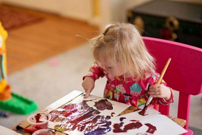 Basteln mit 2-Jährigen Kindern fingerfarben-malen