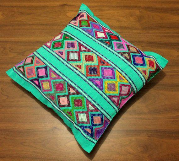 Ce coussin / housse de coussin a été tissée selon la technique de métier à tisser de sangle arrière. Il a un motif brodé coloré et géométrique dans la partie avant.  You´ll recevoir exactement ce que vous voyez sur les photos.  Caractéristiques : -Région : San Andrés Larrainzar, Chiapas. -100 % fait main à laide de la sangle arrière à tisser technique. -Tissu : coton tissé en utilisant dos sangle oom et brodé laine peignée. -MOTIF DE BRODERIE GÉOMÉTRIQUE QUE DANS LA PARTIE AVANT. -Entretien…