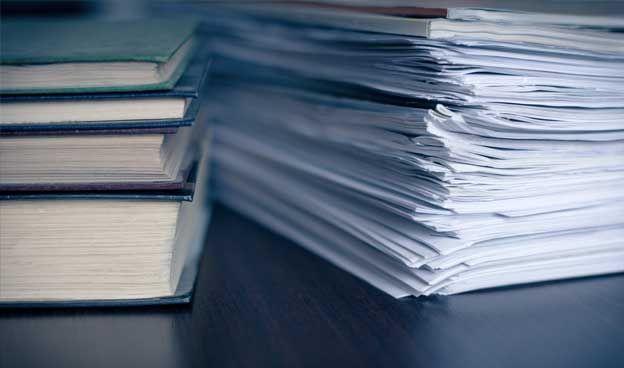 Garanties, factures, quittances, bulletin de paie, documents administratifs, etc., les papiers qu'il faut conserver envahissent nos tiroirs. Le problème est que le temps pendant lequel nous devons les conserver varie d'un document à un autre. De plus, comme nous ne pouvons les stocker indéfiniment, il arrive toujours un moment où il faut faire un tri. Pour vous aider dans cette entreprise fastidieuse, Radins.com fait le point sur les délais de conservation de ces documents.