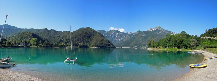 Der Lago di Ledro, etwa 10 km von Riva del Garda entfernt, ist ein kleiner Bergsee, der ca. 600 Meter höher als der Gardasee liegt. Durch diese Lage ist es selbst im August sehr entspannt und man findet ein schönes Plätzchen zum Baden oder es laden verschiedene Wanderungen um den See und durch die nahen Berge ein. Eine Tourbeschreibung findet ihr unter http://wanderzwerg.eu/lago-di-ledro/